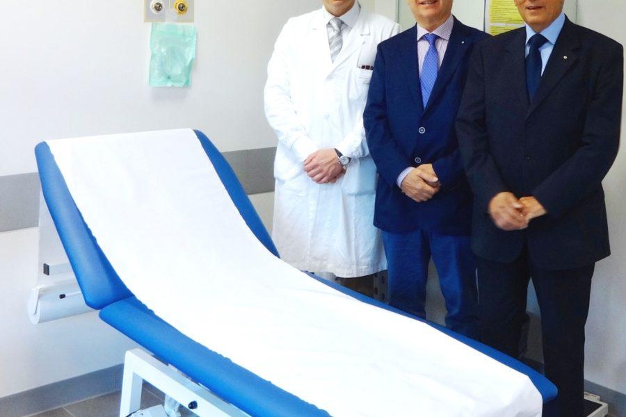 Donato dal Lions Club di Sassuolo un lettino che permette di agevolare le visite mediche di pazienti con difficoltà motorie