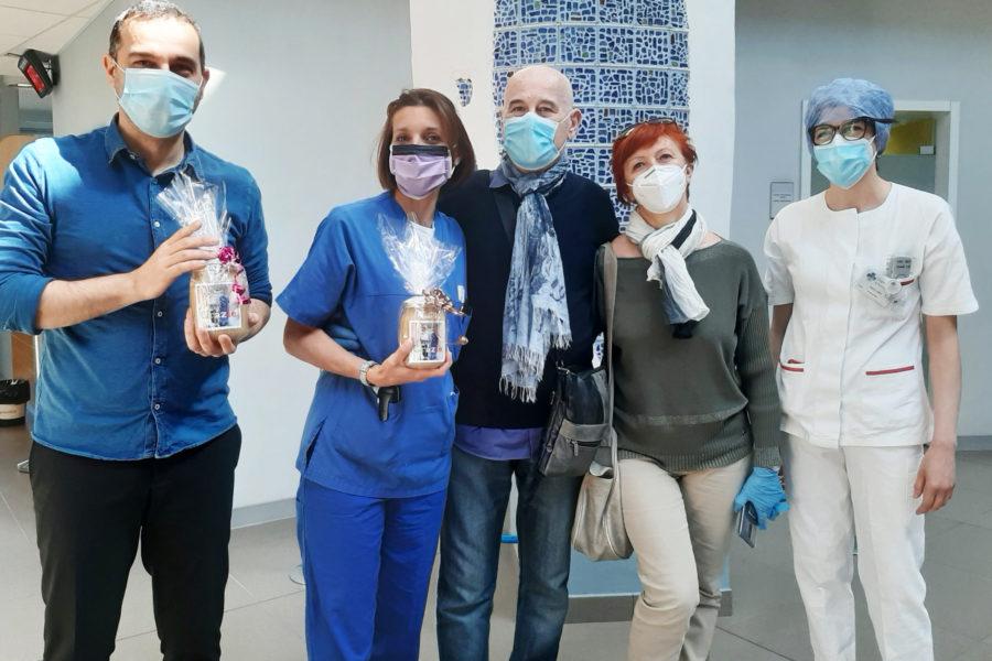 """Covid, il primo paziente guarito torna in ospedale a Sassuolo: """"grazie a tutti gli operatori"""""""